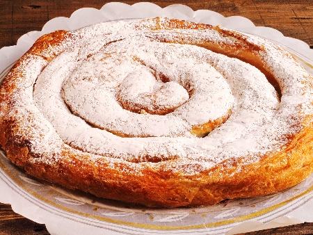Домашна сладко солена вита баница от готови точени кори със сирене и захар - снимка на рецептата